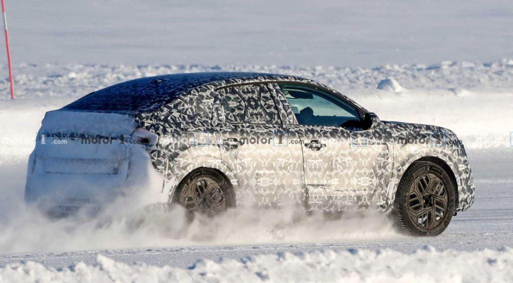 Uusi C4 on bongattu talvitesteissä. Kuvista päätellen kori on viisiovinen hatchback, mutta  nykymuodin mukaan olemukseltaan melko korkea.
